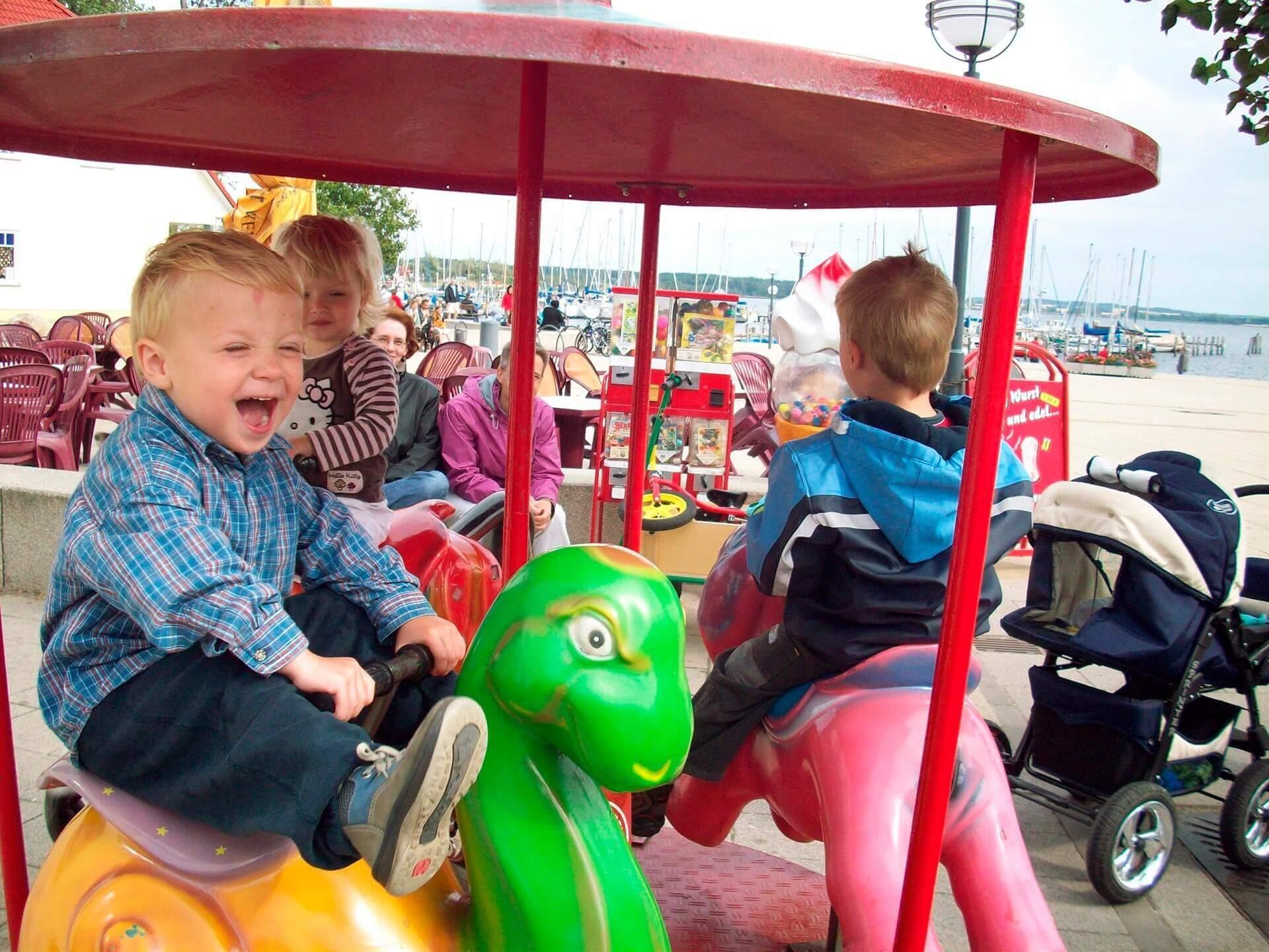 Glad pojke på karusell
